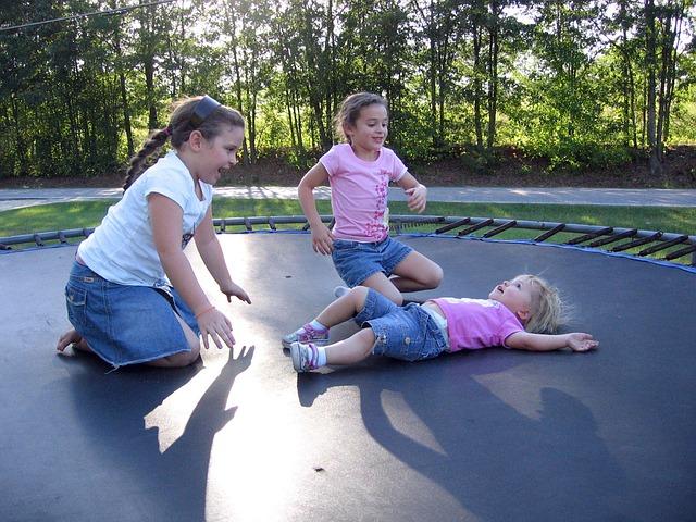 tři holčičky, zahrada, trampolína
