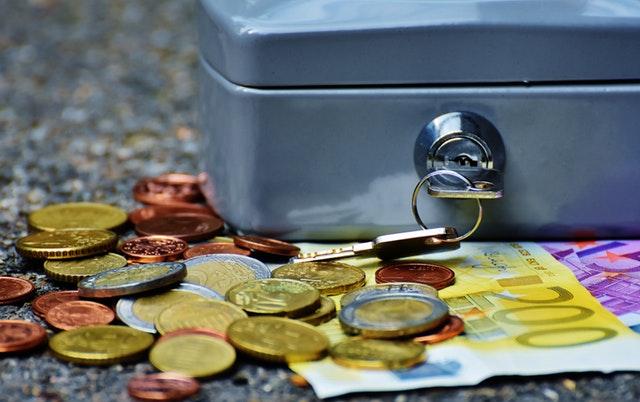 peníze u kufříku