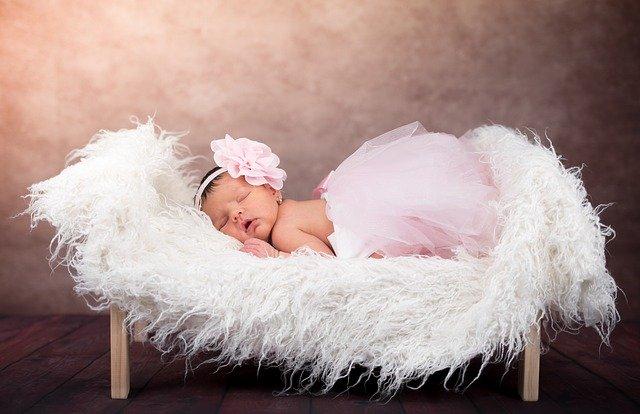 dítě spící v postýlce